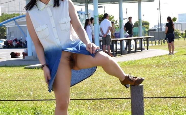 【ノーパンエロ画像】JKやOL、人妻のスカートめくったらノーパン状態でまんすじや陰毛が!女子全員がこうなればいいと思うノーパンエロ画像集!ww【80枚】 77