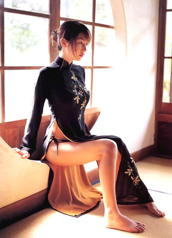 【スリットエロ画像】チャイナドレスやタイトミニのスリットから見える美脚太ももがエロ過ぎる!手を突っ込み着衣手マンしたくなるスリットのエロ画像集!w【80枚】