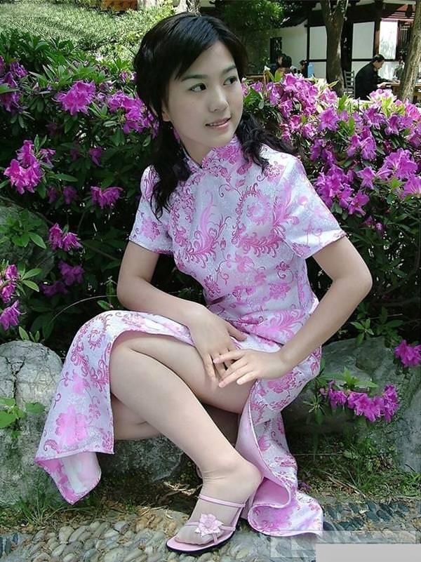 【スリットエロ画像】チャイナドレスやタイトミニのスリットから見える美脚太ももがエロ過ぎる!手を突っ込み着衣手マンしたくなるスリットのエロ画像集!w【80枚】 25