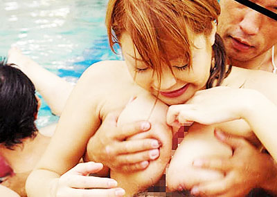 【水泳大会エロ画像】巨乳ギャルのビキニポロリは当たり前!プールでフェラや騎乗位挿入で乱交しちゃってる水泳大会のエロ画像集!w【80枚】