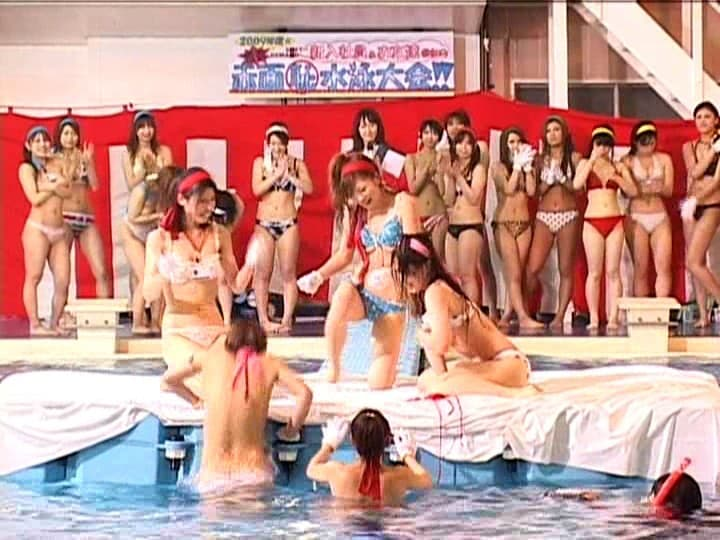 【水泳大会エロ画像】巨乳ギャルのビキニポロリは当たり前!プールでフェラや騎乗位挿入で乱交しちゃってる水泳大会のエロ画像集!w【80枚】 34