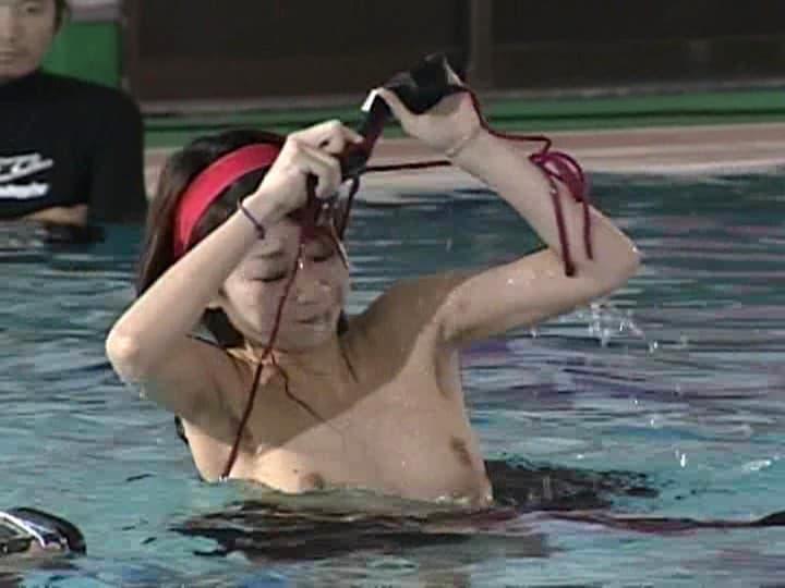 【水泳大会エロ画像】巨乳ギャルのビキニポロリは当たり前!プールでフェラや騎乗位挿入で乱交しちゃってる水泳大会のエロ画像集!w【80枚】 51