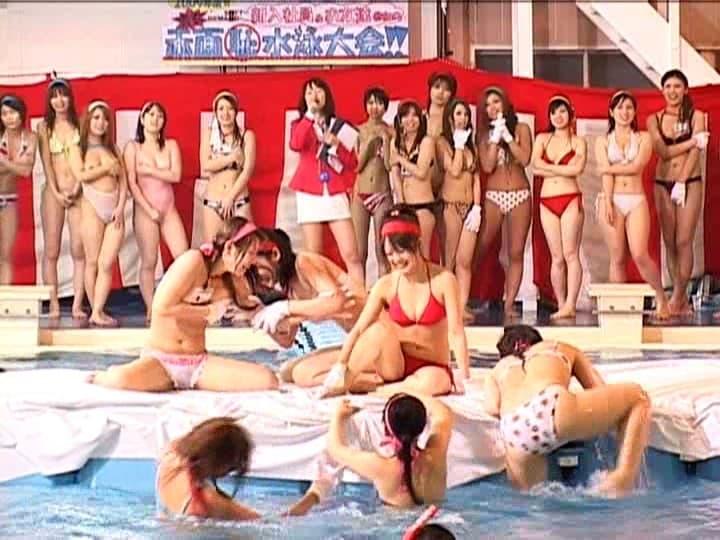【水泳大会エロ画像】巨乳ギャルのビキニポロリは当たり前!プールでフェラや騎乗位挿入で乱交しちゃってる水泳大会のエロ画像集!w【80枚】 53