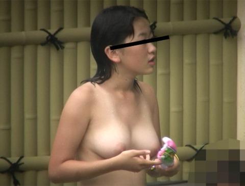 【露天風呂エロ画像】露天風呂で素人の爆乳若妻やむっちりボディのJD、スタイル抜群のOLさんたちの全裸を盗撮しちゃった露天風呂のエロ画像集!w【80枚】
