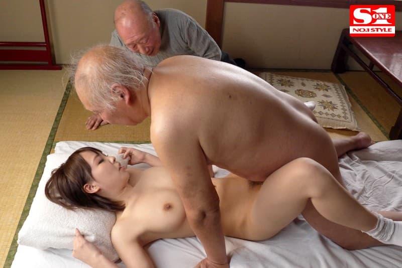 【介護士エロ画像】むっちり巨乳の美人介護士に密着され爺さんが久々の勃起して寝取ってきちゃった介護士のエロ画像集!w【80枚】 47