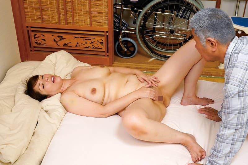 【介護士エロ画像】むっちり巨乳の美人介護士に密着され爺さんが久々の勃起して寝取ってきちゃった介護士のエロ画像集!w【80枚】 60