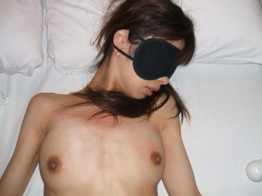 【アイマスクエロ画像】素人の自撮り好きな露出狂女子や調教大好きドMビッチがアイマスクで目隠して敏感なエロボディを弄られまくってるアイマスクのエロ画像集ww【80枚】 28