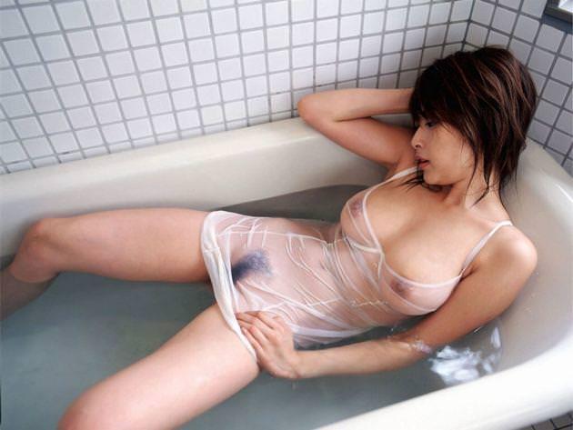 【濡れ透けエロ画像】びしょ濡れの制服やTシャツでノーブラ乳首や陰毛、ランジェリーがスケスケ状態の濡れ透けエロ画像集w【80枚】