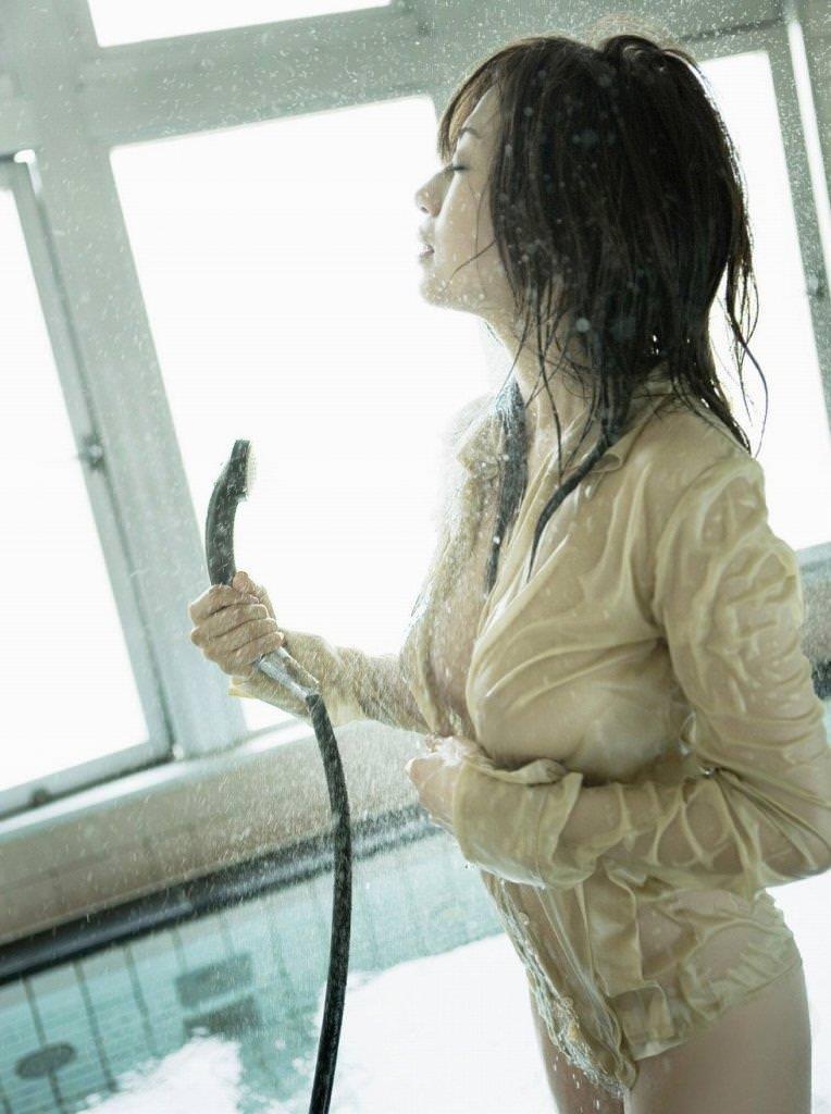 【濡れ透けエロ画像】びしょ濡れの制服やTシャツでノーブラ乳首や陰毛、ランジェリーがスケスケ状態の濡れ透けエロ画像集w【80枚】 15