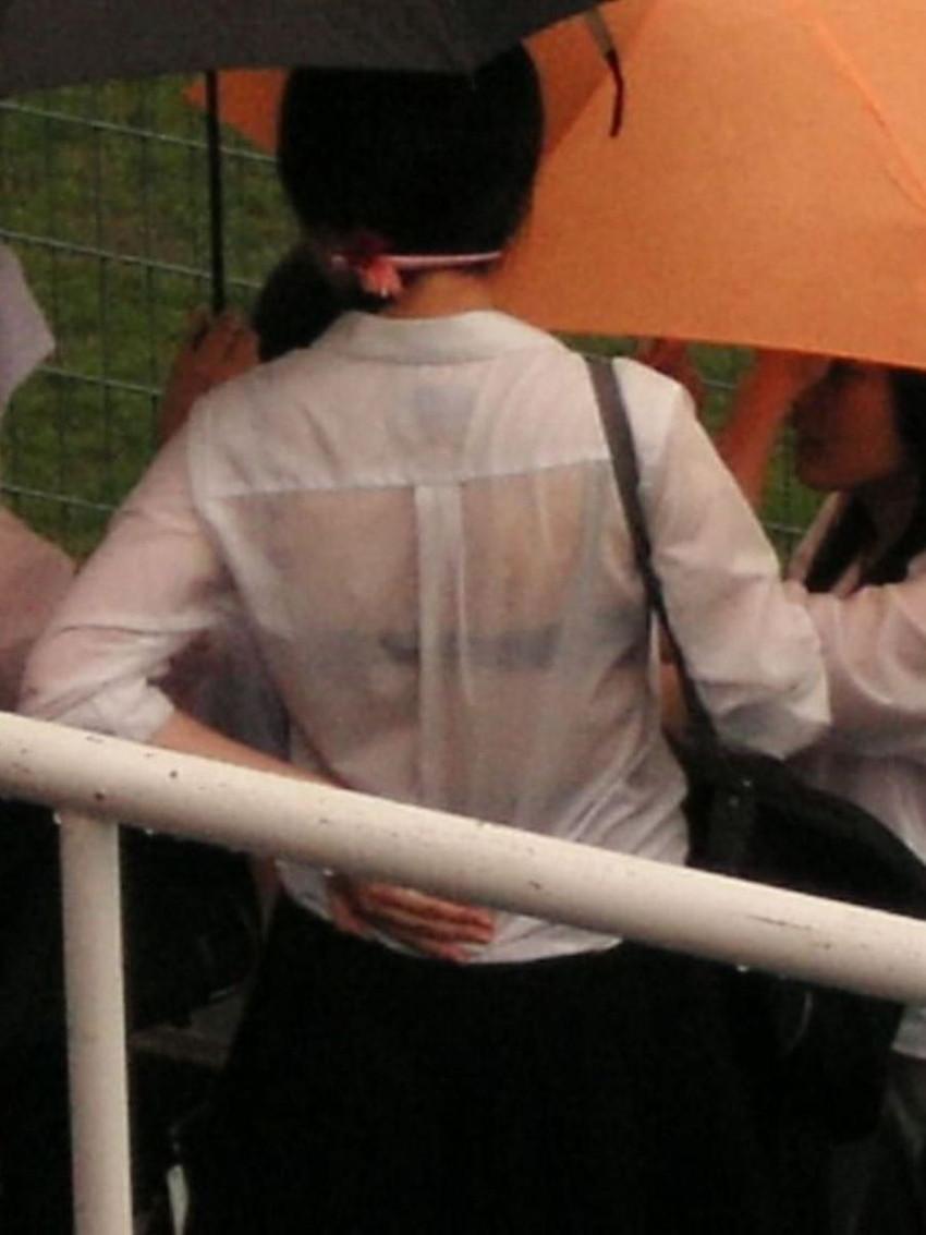 【濡れ透けエロ画像】びしょ濡れの制服やTシャツでノーブラ乳首や陰毛、ランジェリーがスケスケ状態の濡れ透けエロ画像集w【80枚】 55