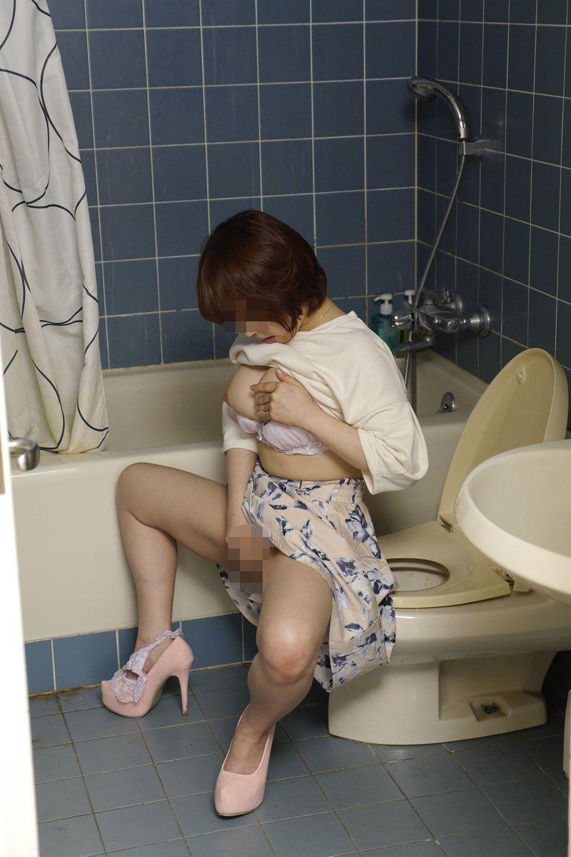 【トイレオナニーエロ画像】欲求不満の変態OLが会社のトイレでM字開脚して潮吹き手マン!まだオナニーを覚えたてのJKが学校のトイレで指二本挿入してイキまくってるトイレオナニーのエロ画像集w【80枚】 58