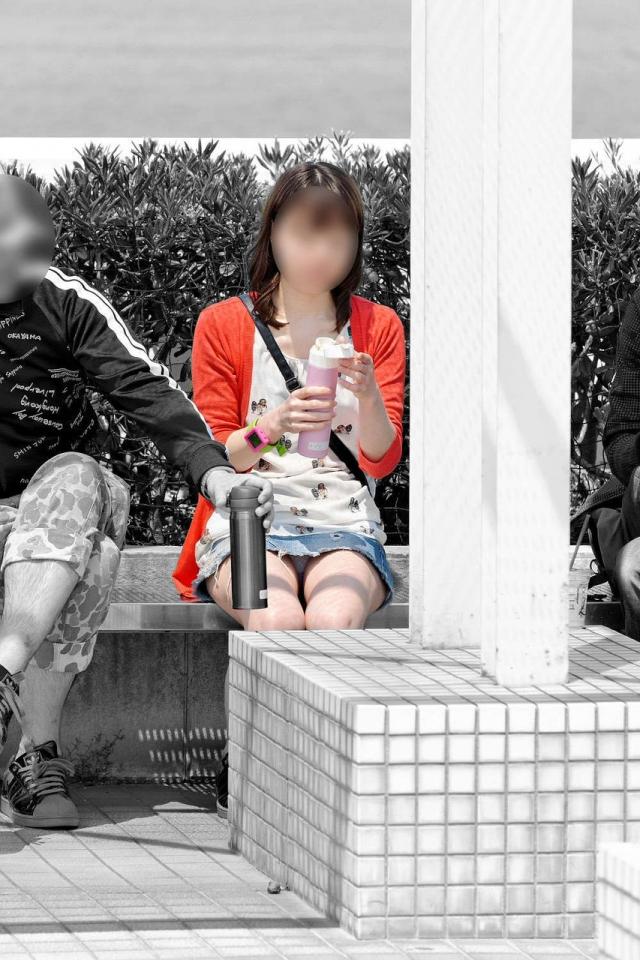 【座りパンチラエロ画像】素人のOLや制服JKたちが街中で座ってデルタゾーンからパンチラしてたりM字開脚状態でパンティー見えちゃってる座りパンチラのエロ画像集ww【80枚】 07