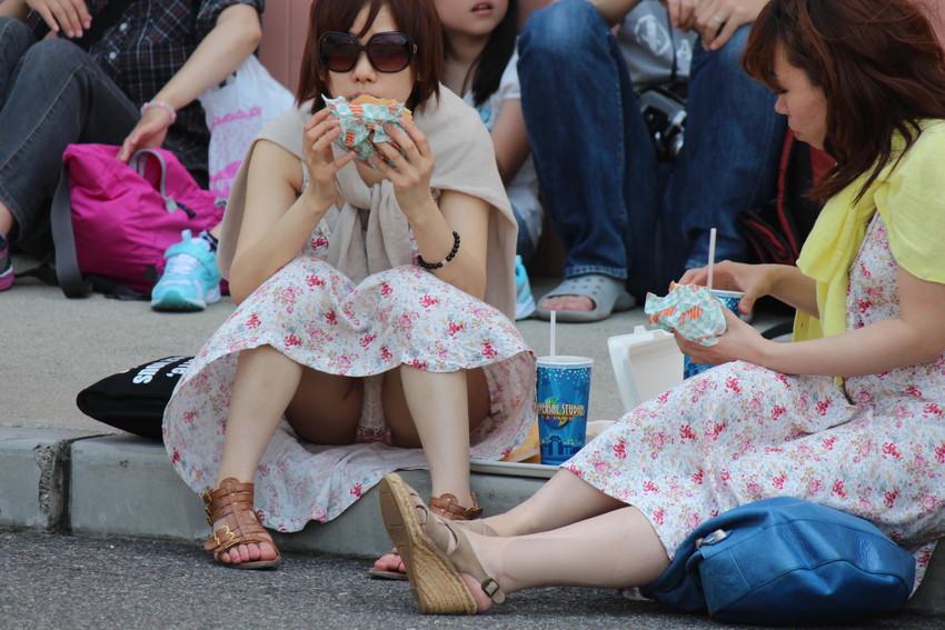 【座りパンチラエロ画像】素人のOLや制服JKたちが街中で座ってデルタゾーンからパンチラしてたりM字開脚状態でパンティー見えちゃってる座りパンチラのエロ画像集ww【80枚】 11