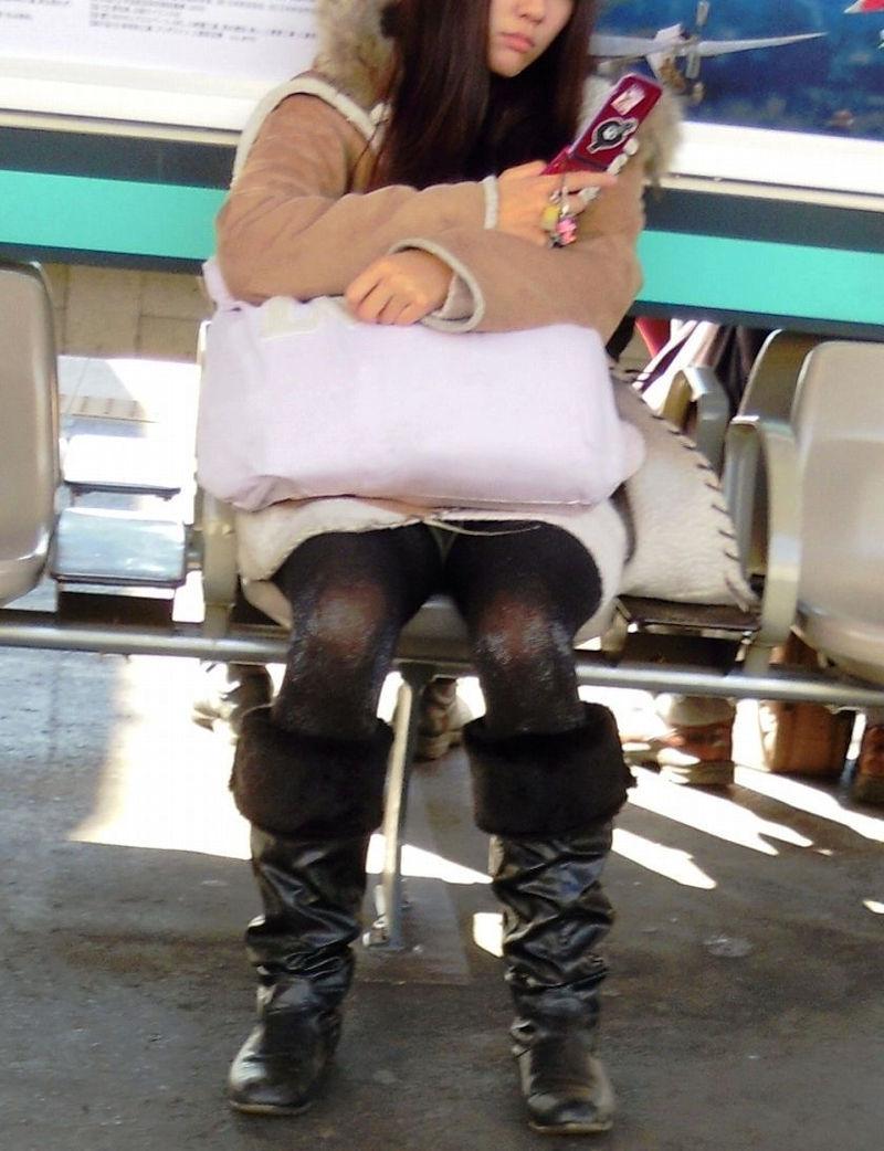 【座りパンチラエロ画像】素人のOLや制服JKたちが街中で座ってデルタゾーンからパンチラしてたりM字開脚状態でパンティー見えちゃってる座りパンチラのエロ画像集ww【80枚】 48