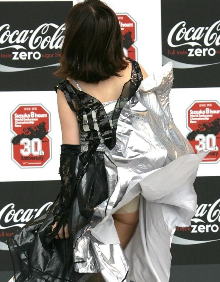 【風パンチラエロ画像】まさに神風!!登下校中の素人JKやスカートのお姉さんたちが風パンチラして盗撮されちゃってる風パンチラのエロ画像集ww【80枚】 16