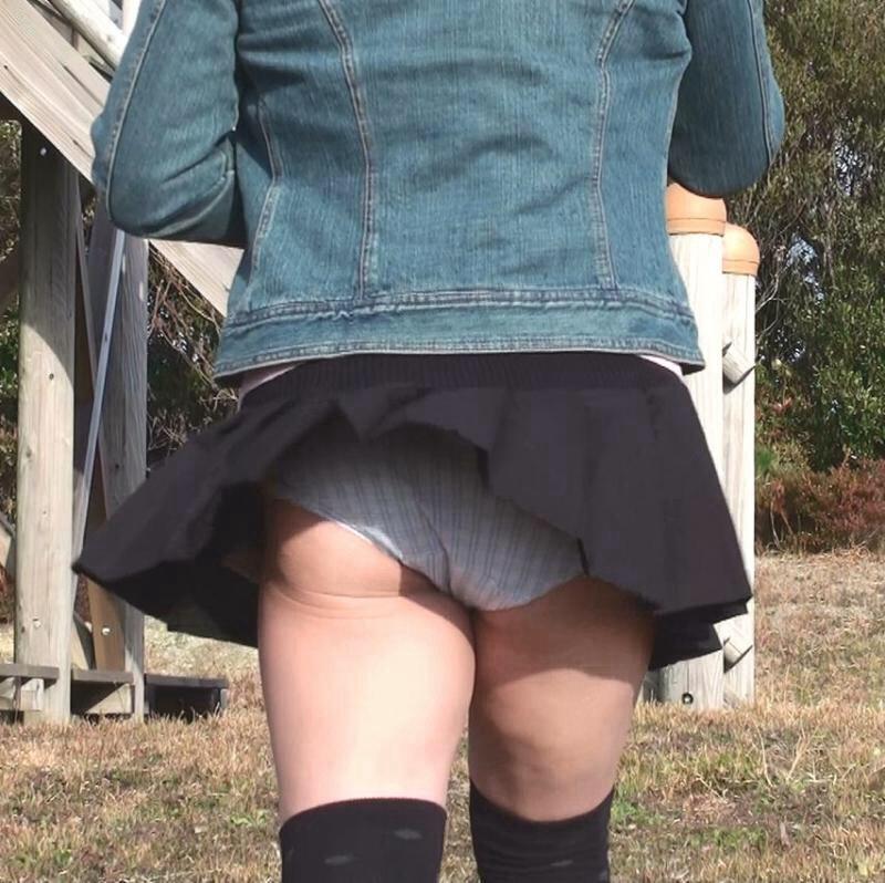 【風パンチラエロ画像】まさに神風!!登下校中の素人JKやスカートのお姉さんたちが風パンチラして盗撮されちゃってる風パンチラのエロ画像集ww【80枚】 24