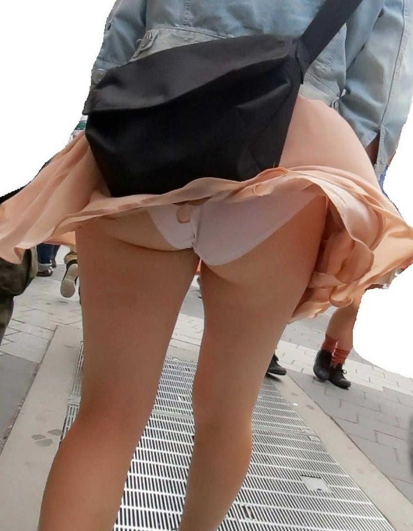【風パンチラエロ画像】まさに神風!!登下校中の素人JKやスカートのお姉さんたちが風パンチラして盗撮されちゃってる風パンチラのエロ画像集ww【80枚】 33