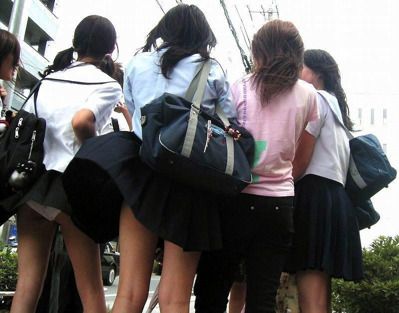 【風パンチラエロ画像】まさに神風!!登下校中の素人JKやスカートのお姉さんたちが風パンチラして盗撮されちゃってる風パンチラのエロ画像集ww【80枚】 34
