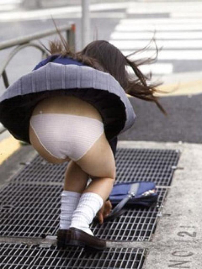 【風パンチラエロ画像】まさに神風!!登下校中の素人JKやスカートのお姉さんたちが風パンチラして盗撮されちゃってる風パンチラのエロ画像集ww【80枚】 36