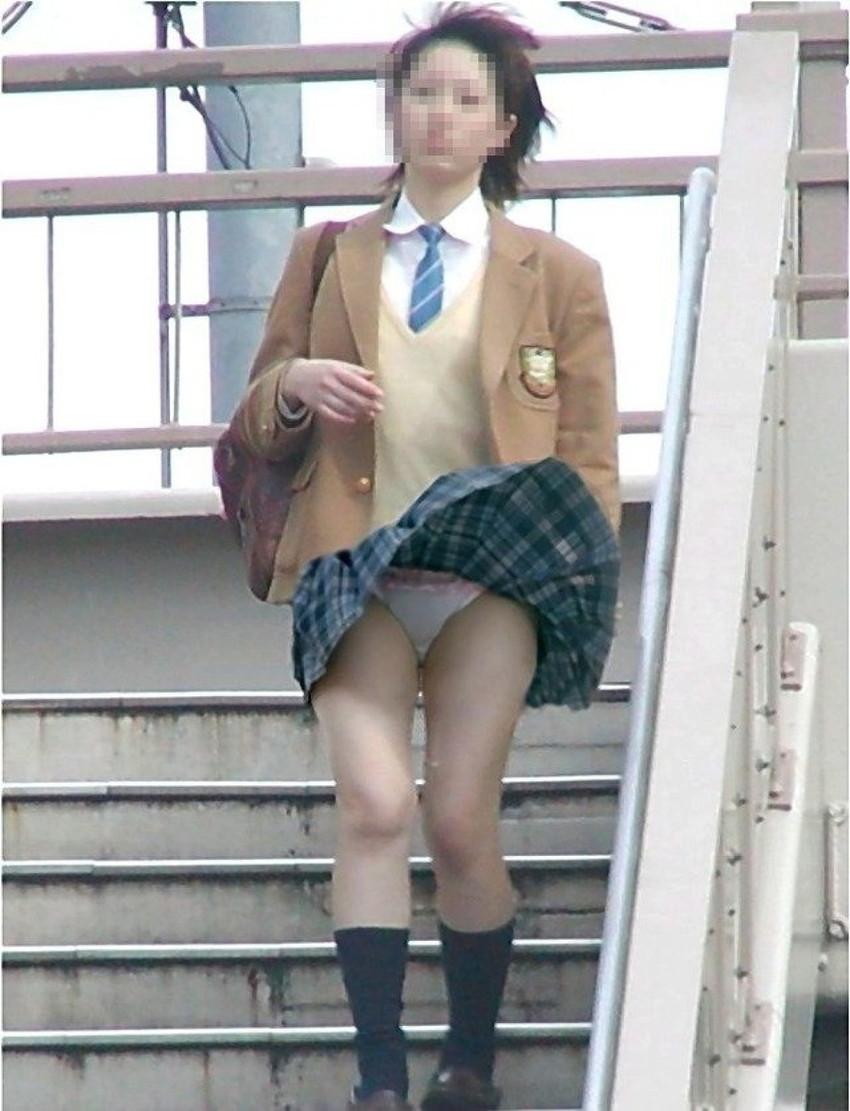 【風パンチラエロ画像】まさに神風!!登下校中の素人JKやスカートのお姉さんたちが風パンチラして盗撮されちゃってる風パンチラのエロ画像集ww【80枚】 42
