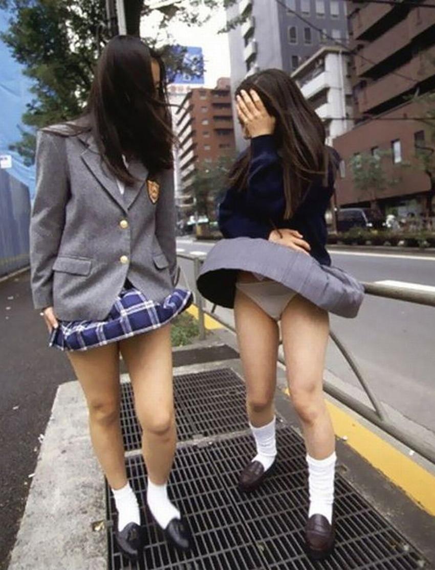 【風パンチラエロ画像】まさに神風!!登下校中の素人JKやスカートのお姉さんたちが風パンチラして盗撮されちゃってる風パンチラのエロ画像集ww【80枚】 47