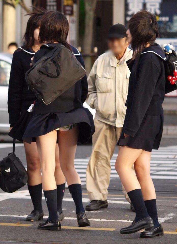 【風パンチラエロ画像】まさに神風!!登下校中の素人JKやスカートのお姉さんたちが風パンチラして盗撮されちゃってる風パンチラのエロ画像集ww【80枚】 75