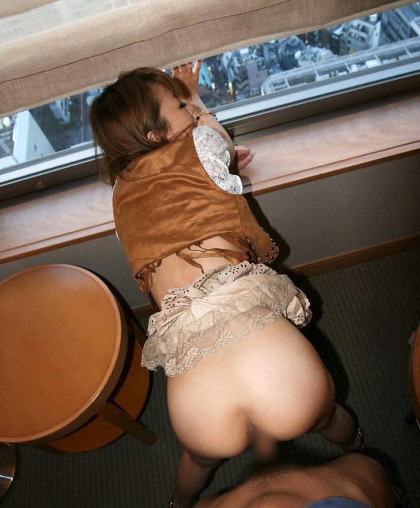 【窓際セックスエロ画像】美女とホテルの窓際で全裸になりフェラや立ちバック挿入、駅弁ピストンでスリリングなHを堪能してる窓際セックスのエロ画像集!!【80枚】 41