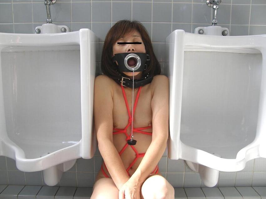 【公衆トイレエロ画像】肉便器調教大好きなビッチが公衆トイレでおねだりフェラして輪姦調教されちゃってる公衆トイレのエロ画像集ww【80枚】 06