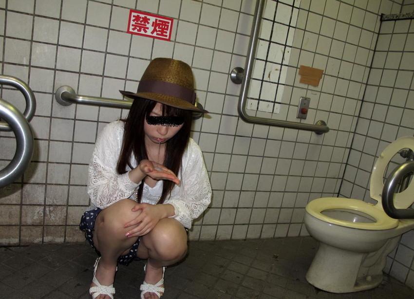 【公衆トイレエロ画像】肉便器調教大好きなビッチが公衆トイレでおねだりフェラして輪姦調教されちゃってる公衆トイレのエロ画像集ww【80枚】 24