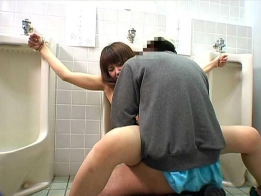 【公衆トイレエロ画像】肉便器調教大好きなビッチが公衆トイレでおねだりフェラして輪姦調教されちゃってる公衆トイレのエロ画像集ww【80枚】 32
