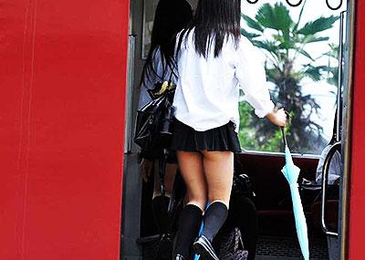 【夏服JKエロ画像】白ブラウスから透けブラや胸チラ!ミニスカの制服から生足パンチラしてる無防備過ぎる夏服JKのエロ画像集!ww【80枚】