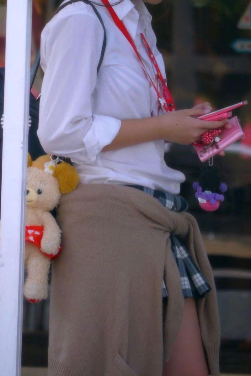 【夏服JKエロ画像】白ブラウスから透けブラや胸チラ!ミニスカの制服から生足パンチラしてる無防備過ぎる夏服JKのエロ画像集!ww【80枚】 21
