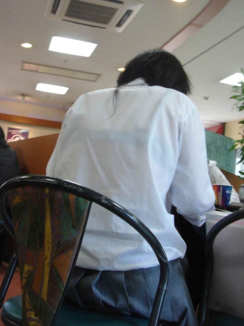 【夏服JKエロ画像】白ブラウスから透けブラや胸チラ!ミニスカの制服から生足パンチラしてる無防備過ぎる夏服JKのエロ画像集!ww【80枚】 39