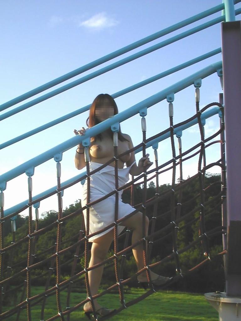 【公園エロ画像】昼間でも深夜でも露出狂ビッチやラブホ代の無いJKカップルたちが公園で青姦しちゃってる公園のエロ画像集!w【80枚】 59