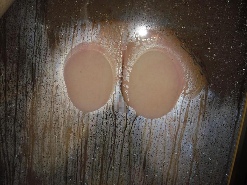 【ガラス押し付けエロ画像】変態痴女たちが巨乳やデカ尻、さらにおまんこをガラスに押し付けぶちゅっと潰してエロ過ぎることになってるガラス押し付けのエロ画像集!w【80枚】 17