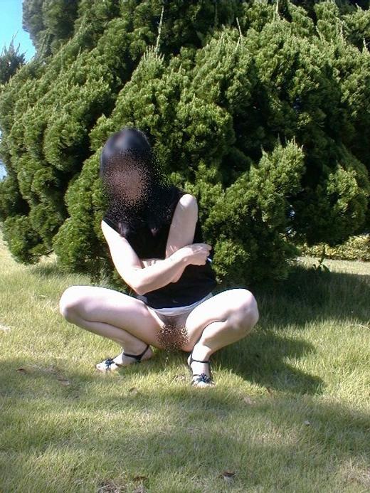【野ションエロ画像】お漏らししそうな素人女子の野ション姿を盗撮したりドMなビッチに野外で放尿調教したった野ションのエロ画像集w【80枚】 35