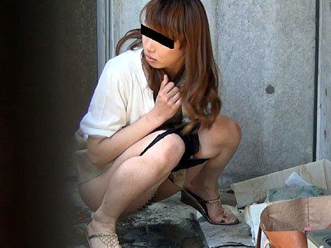 【野ションエロ画像】お漏らししそうな素人女子の野ション姿を盗撮したりドMなビッチに野外で放尿調教したった野ションのエロ画像集w【80枚】 52