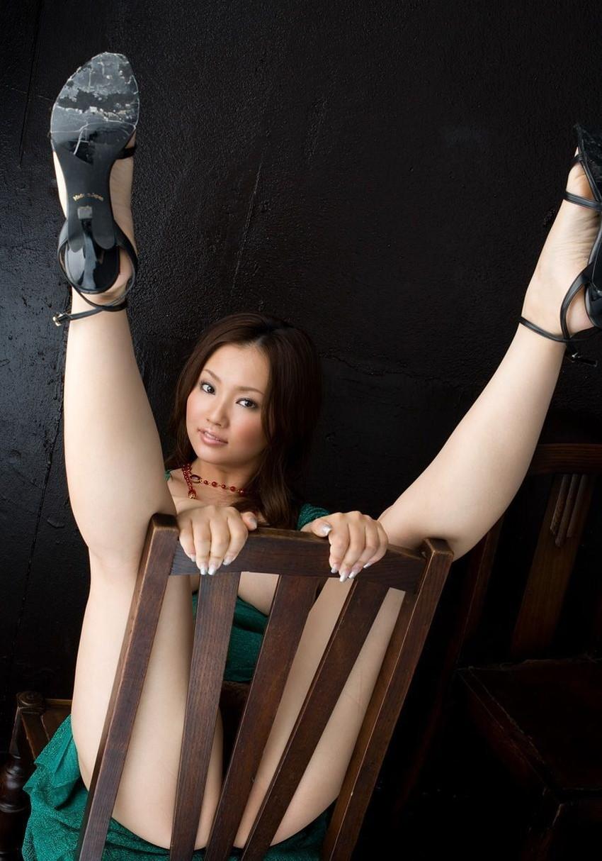 【V字開脚エロ画像】美女の両足を持ち上げV字開脚でおまんこの具まで丸見え状態!!V字開脚で性欲がV字回復しちゃうV字開脚のエロ画像集!w【80枚】 25