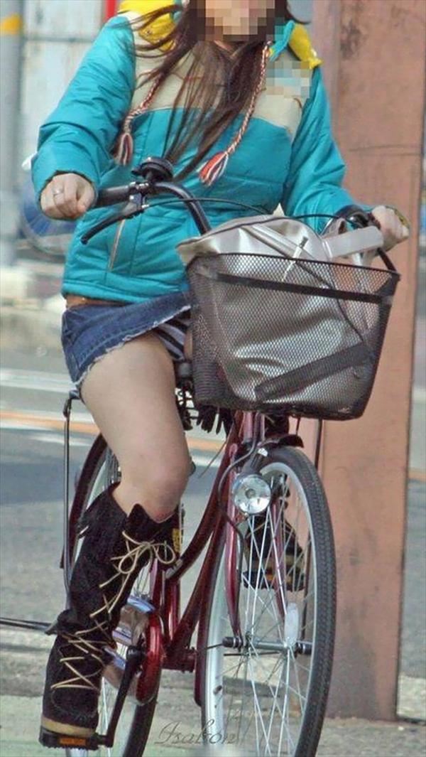 【自転車パンチラエロ画像】自転車通学中の素人JKやリクルートスーツの就活JD、買い物中のミニスカギャルのパンチラ盗撮に成功した自転車パンチラのエロ画像集!w【80枚】 04