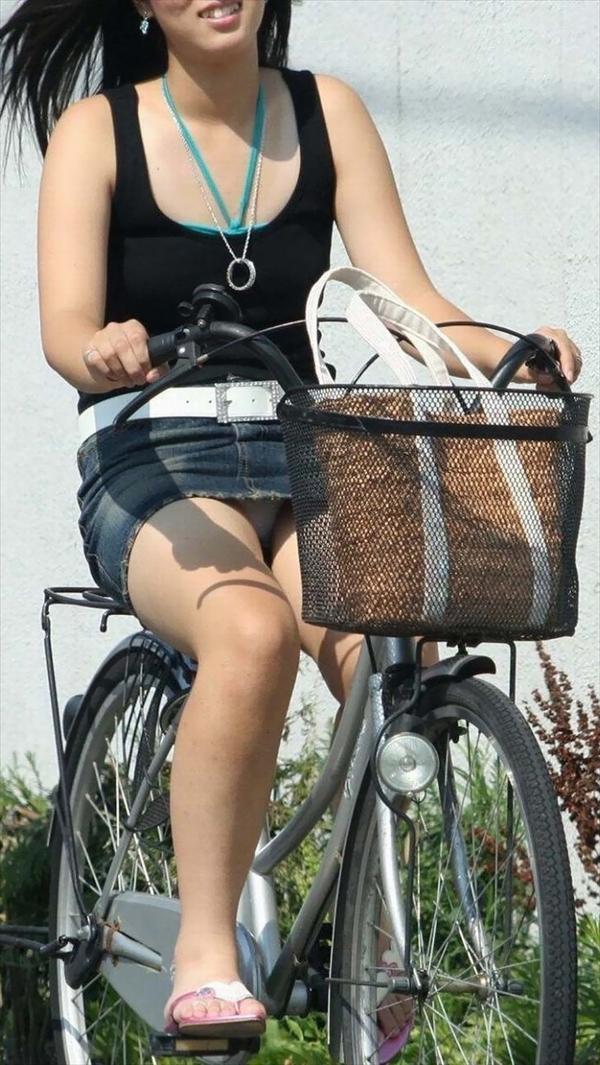 【自転車パンチラエロ画像】自転車通学中の素人JKやリクルートスーツの就活JD、買い物中のミニスカギャルのパンチラ盗撮に成功した自転車パンチラのエロ画像集!w【80枚】 07