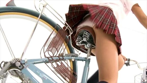 【自転車パンチラエロ画像】自転車通学中の素人JKやリクルートスーツの就活JD、買い物中のミニスカギャルのパンチラ盗撮に成功した自転車パンチラのエロ画像集!w【80枚】 08
