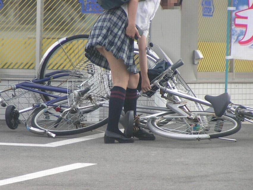 【自転車パンチラエロ画像】自転車通学中の素人JKやリクルートスーツの就活JD、買い物中のミニスカギャルのパンチラ盗撮に成功した自転車パンチラのエロ画像集!w【80枚】 11