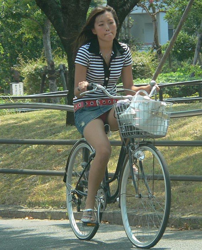 【自転車パンチラエロ画像】自転車通学中の素人JKやリクルートスーツの就活JD、買い物中のミニスカギャルのパンチラ盗撮に成功した自転車パンチラのエロ画像集!w【80枚】 19