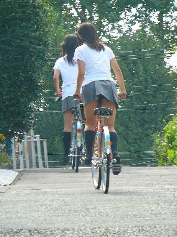 【自転車パンチラエロ画像】自転車通学中の素人JKやリクルートスーツの就活JD、買い物中のミニスカギャルのパンチラ盗撮に成功した自転車パンチラのエロ画像集!w【80枚】 22
