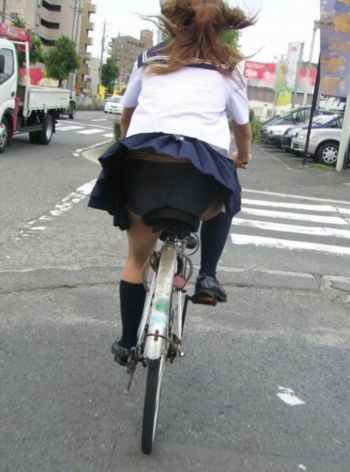 【自転車パンチラエロ画像】自転車通学中の素人JKやリクルートスーツの就活JD、買い物中のミニスカギャルのパンチラ盗撮に成功した自転車パンチラのエロ画像集!w【80枚】 34