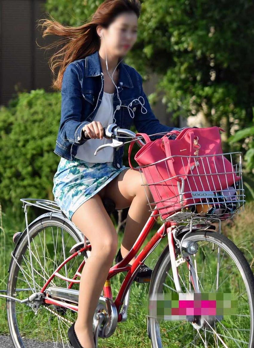 【自転車パンチラエロ画像】自転車通学中の素人JKやリクルートスーツの就活JD、買い物中のミニスカギャルのパンチラ盗撮に成功した自転車パンチラのエロ画像集!w【80枚】 39