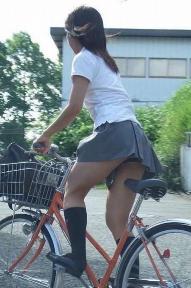 【自転車パンチラエロ画像】自転車通学中の素人JKやリクルートスーツの就活JD、買い物中のミニスカギャルのパンチラ盗撮に成功した自転車パンチラのエロ画像集!w【80枚】 42