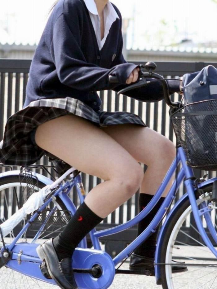 【自転車パンチラエロ画像】自転車通学中の素人JKやリクルートスーツの就活JD、買い物中のミニスカギャルのパンチラ盗撮に成功した自転車パンチラのエロ画像集!w【80枚】 43