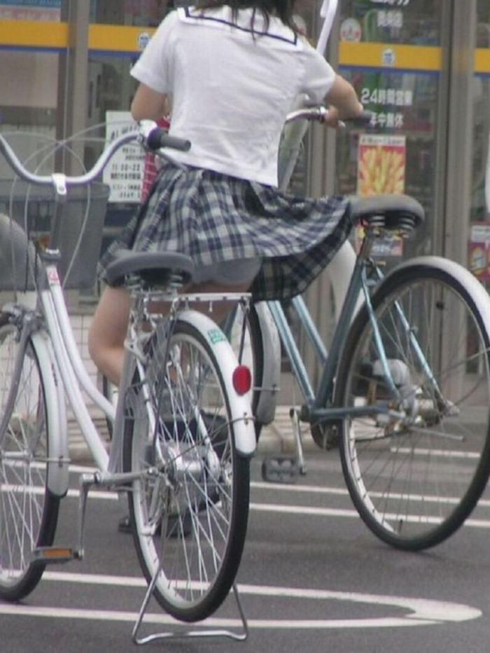 【自転車パンチラエロ画像】自転車通学中の素人JKやリクルートスーツの就活JD、買い物中のミニスカギャルのパンチラ盗撮に成功した自転車パンチラのエロ画像集!w【80枚】 44