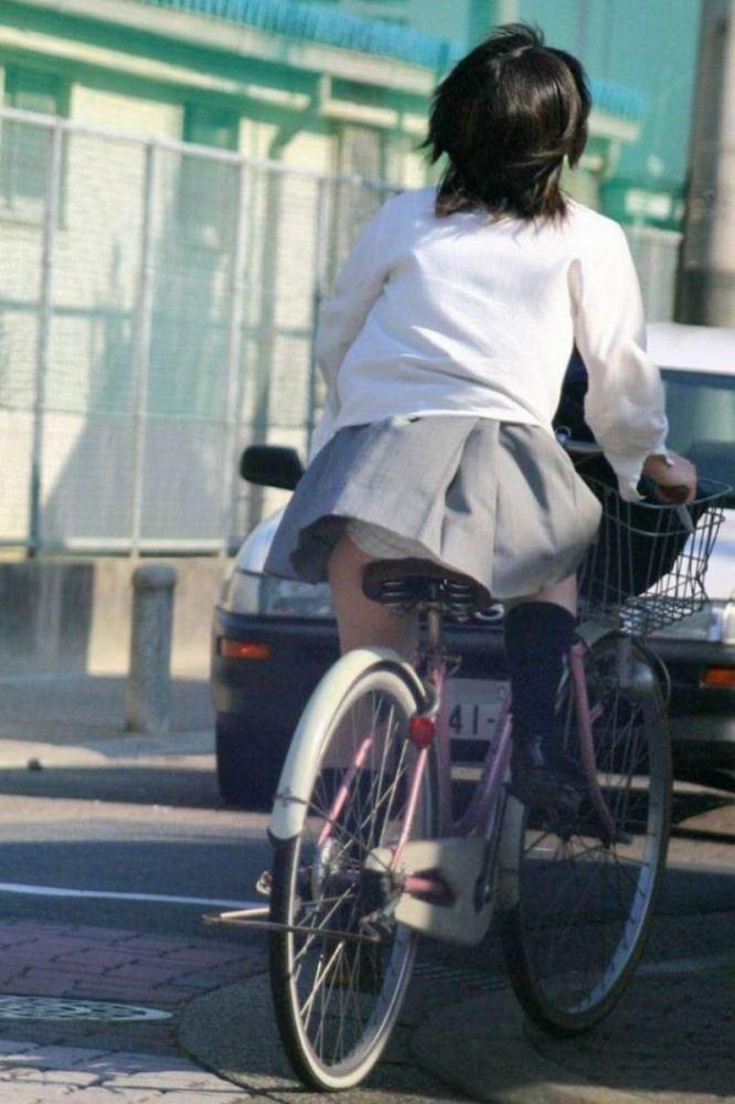 【自転車パンチラエロ画像】自転車通学中の素人JKやリクルートスーツの就活JD、買い物中のミニスカギャルのパンチラ盗撮に成功した自転車パンチラのエロ画像集!w【80枚】 52